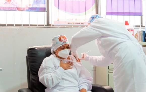 Inició vacunación: Verónica Machado, primera en recibir dosis