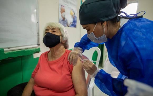 Inicia agendamiento para vacunar a personas de 65 a 69 años
